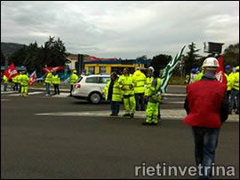Rieti, lavoratori Pavimental di Magliano Sabina in sciopero sull'A1 uscita Orte