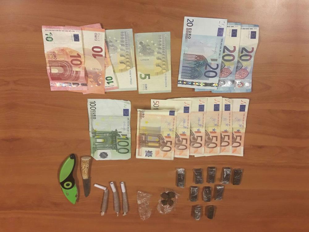 coltello_soldi_carabinieri
