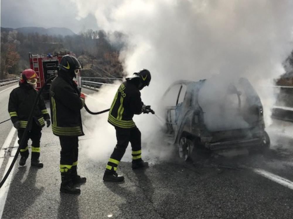 incidente_auto_in_fiamme_capradosso_1