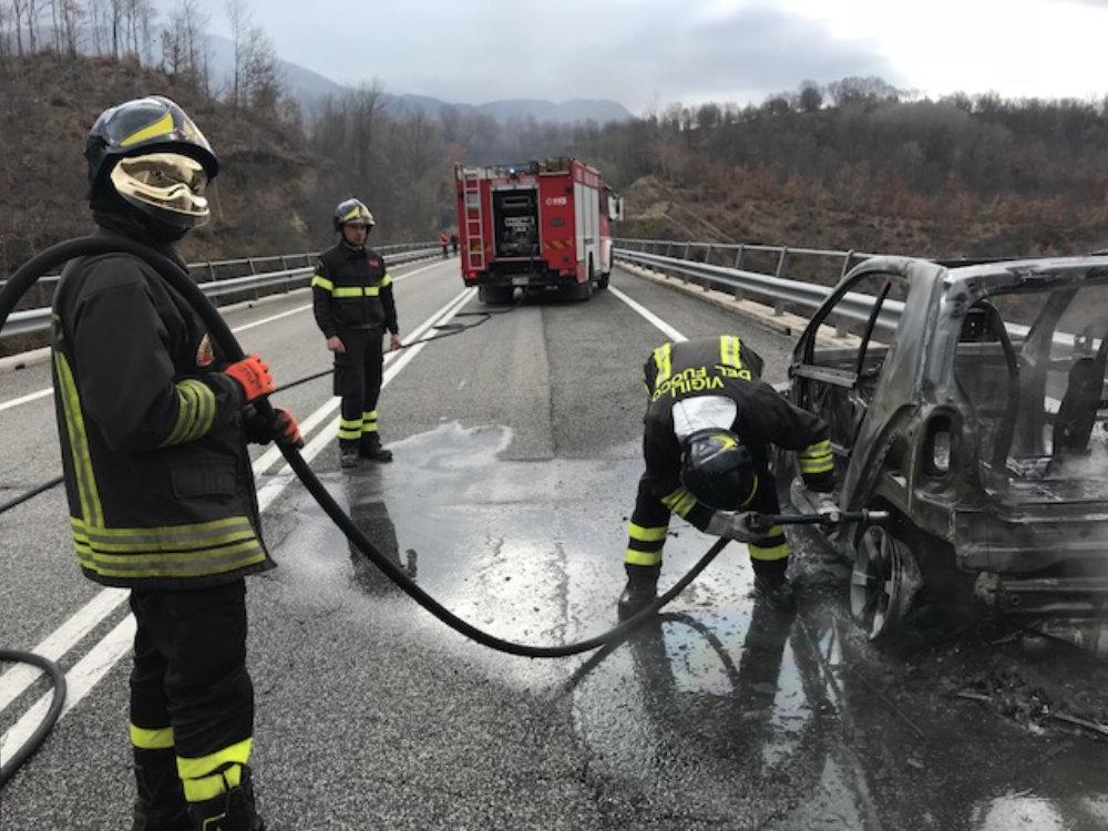 incidente_auto_in_fiamme_capradosso_3
