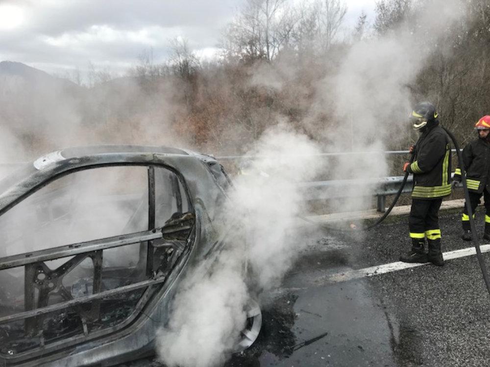 incidente_auto_in_fiamme_capradosso_4