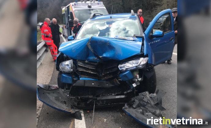 incidente_salaria_per_roma_tronco_colpisce_in_pieno_auto_in_corsa_14_03_18
