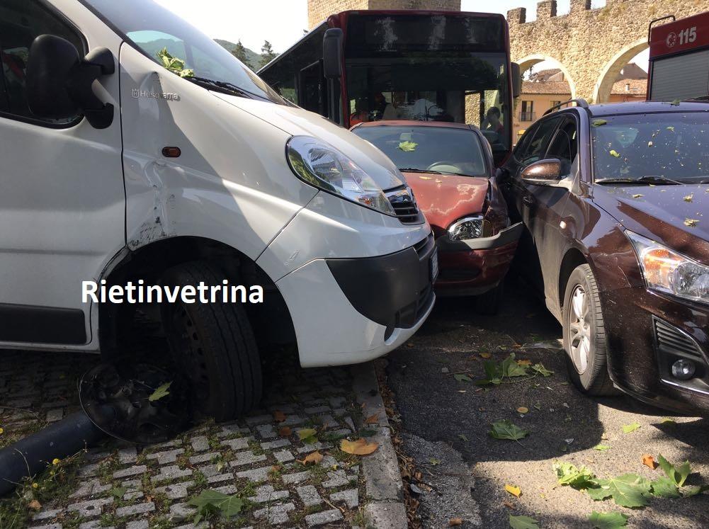 autobus_Asm_contro_auto_porta_d_arce2