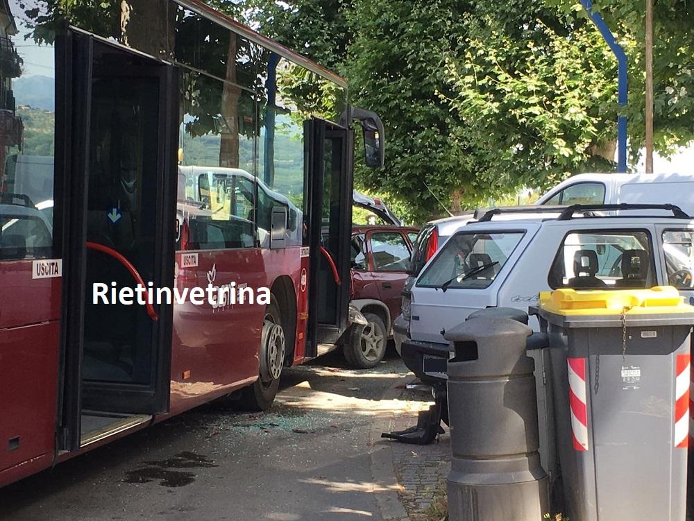 autobus_Asm_contro_auto_porta_d_arce35